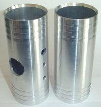 Tubo de Pressurização, usinado em tubo de alumínio laminado projetado para entrar sob pressão no alojamento de saída de pressurização da turbina, facilitando e garantindo uma fixação segura da mangueira de pressurização.  Diâmentro: 2 Polegadas x Comprimento Total: 200 mm.